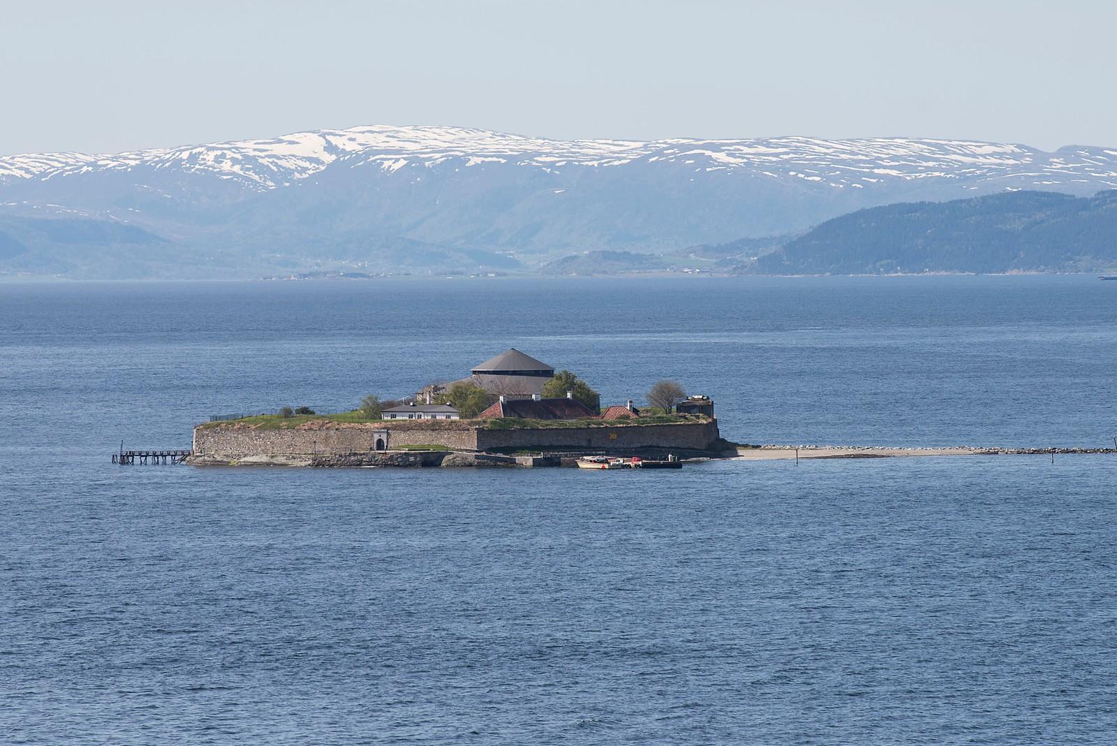 Munkholmen er en liten holme som ligger i Strindfjorden rett utenfor Trondheim. Holmen ble tidlig brukt som rettersted der bl.a. Olav Tryggvasson satte hodene til Håkon jarl og trellen Kark og på nidstang. Omkring år 1100 ble det opprettet et Benediktinerkloster på holmen. Restene av munkenes spisesal, «refektoriet», er fortsatt bevart i form av et flott hellelagt gulv, og kan ses bak Kommandantboligen. Fra 1660 og fram til nyere tid har Munkholmen vært viktig i forsvaret av Trondheim. Det store sentraltårnet fra 1670-årene står fortsatt og rester etter murer, kanonstillinger og oppholdsrom for soldater kan fortsatt sees. Munkholmen var statsfengsel i perioden 1680-1850.