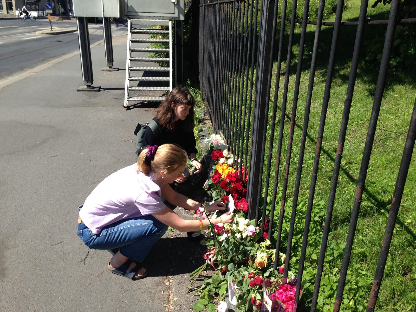 NORGE: Mandag morgen viste mennesker sin støtte ved å legge ned blomster utenfor USAs ambassade i Oslo.