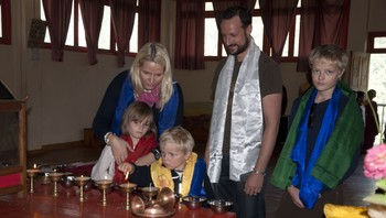 Kronprinsfamilien tenner lys i Passingdang Kloster