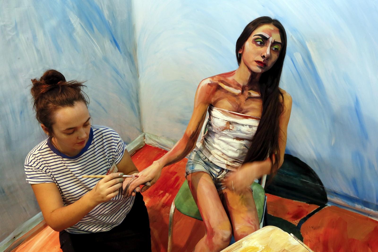"""Den russiske 3D-kunstneren Maria Gazanova jobber her på sitt """"The Alive Painting"""" under en festival i byen Krasnoyarsk i Sibir."""