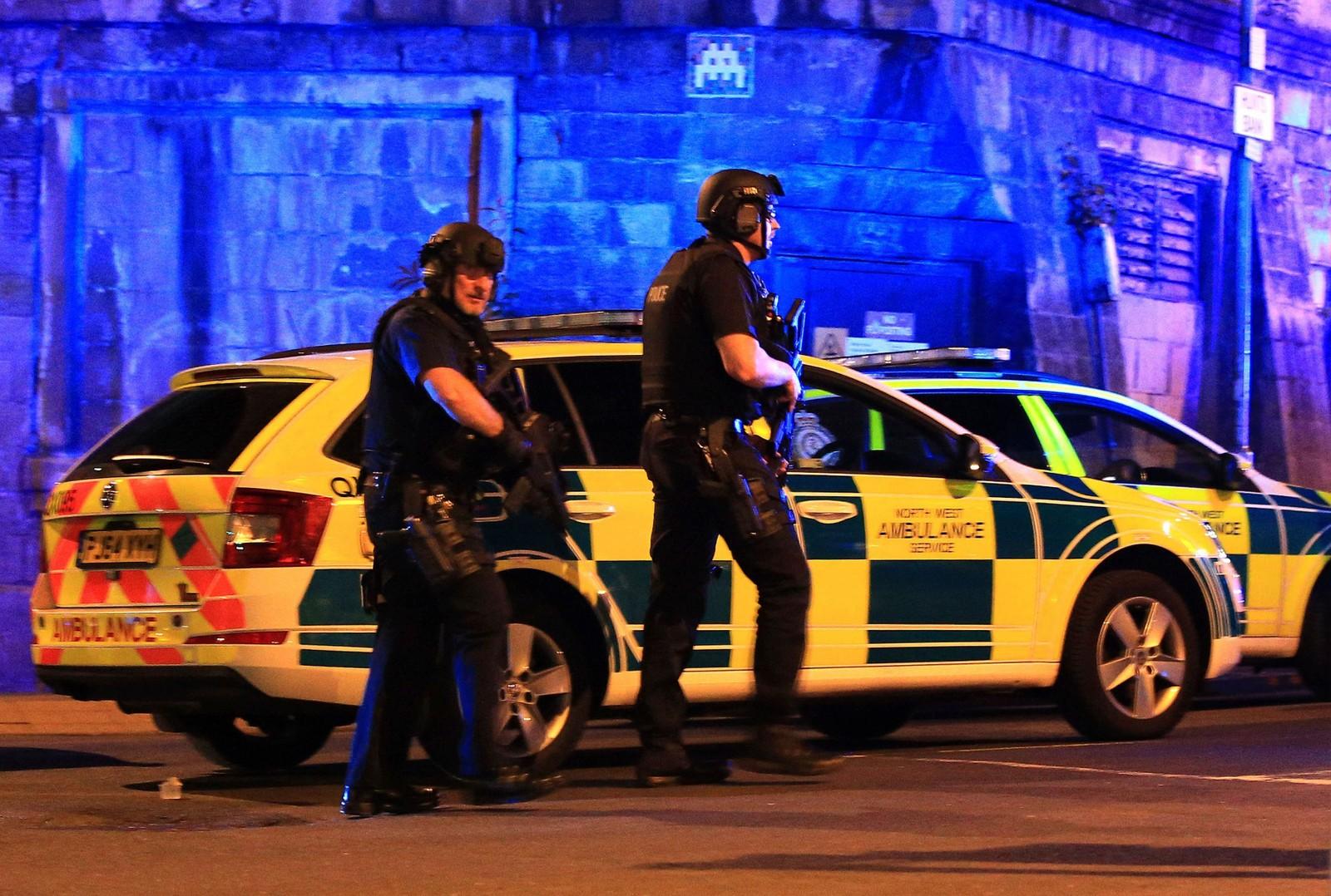 Bevæpnet politi holder vakt utenfor konsertlokalet.