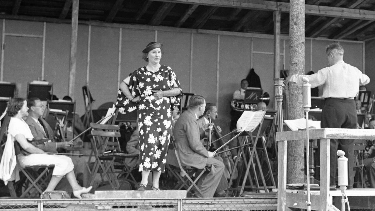 Sangerinne Kirsten Flagstad holder konsert på Frogner Stadion, for fulle tribuner. Juni 1937