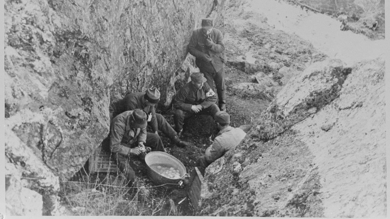 Norske soldater i ferd med potetskrelling.