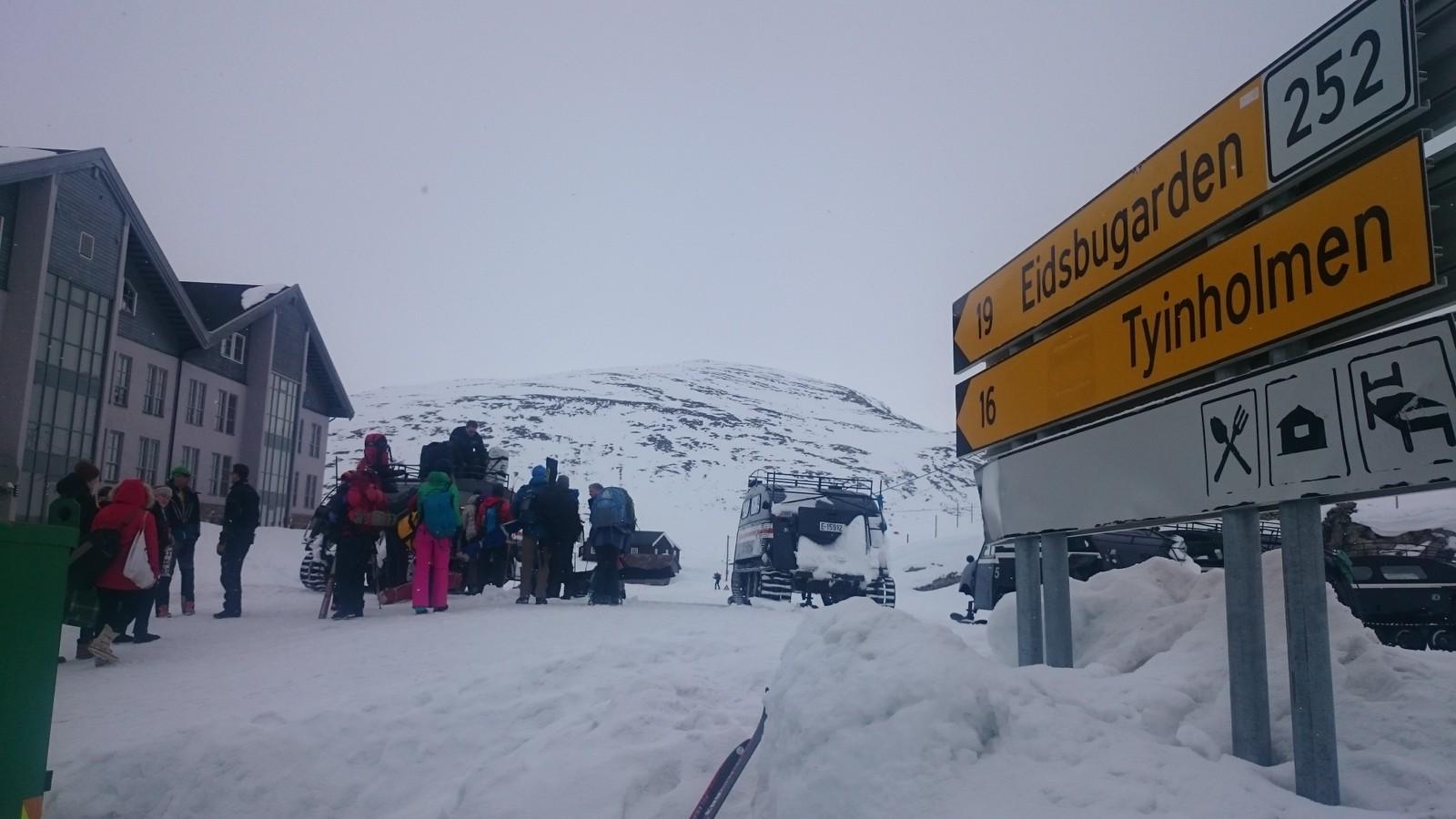 Det blir meldt om mykje folk i fjellet, slik som her ved Tyin, innfallsporten til Jotunheimen.