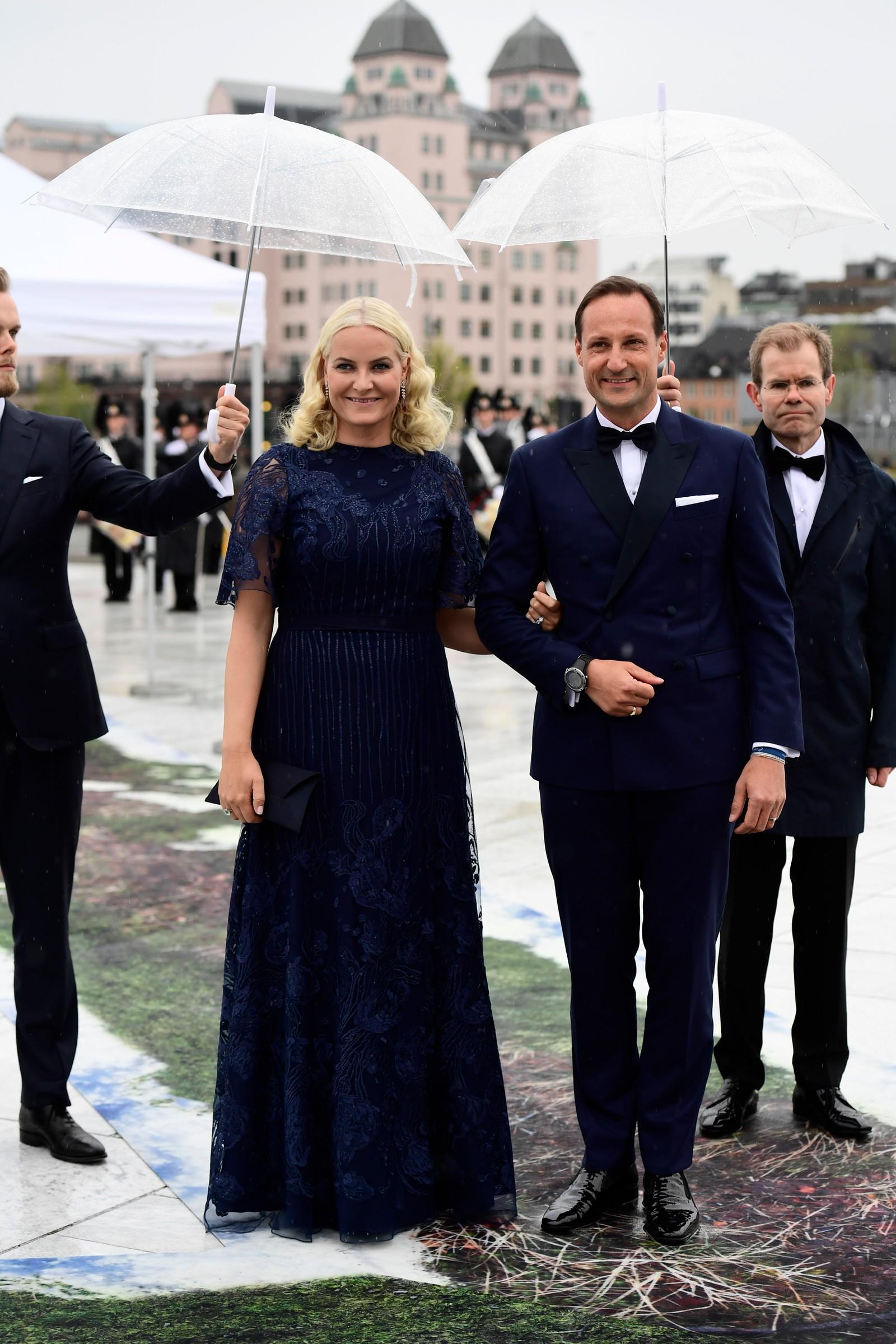 Kronprinsesse Mette-Marit og kronprins Haakon Magnus ankommer operaen.
