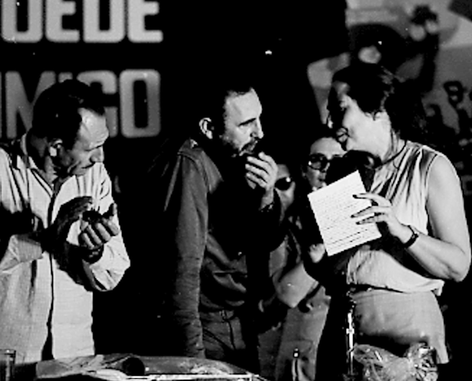 Fidel Castro sammen med sin svigerinne Vilma Espin Guillois, Raul Castros ektefelle. Guillois ble regnet som en av kommuniststatens mektigste kvinner.