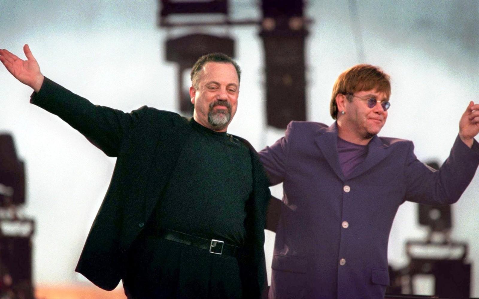 1998: Billy Joel og Elton John på turné saman i Australia. Her helsar dei på publikum før konsertstart i Perth 4. mars. I månaden som fulgte heldt dei konsertar i alle dei største australske byane.