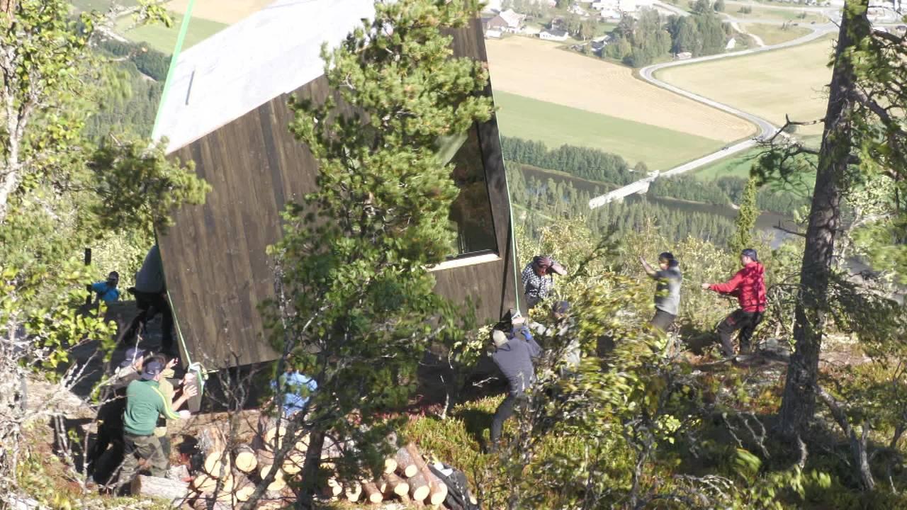 Hytte dras på plass i fjellsida i Alvdal.