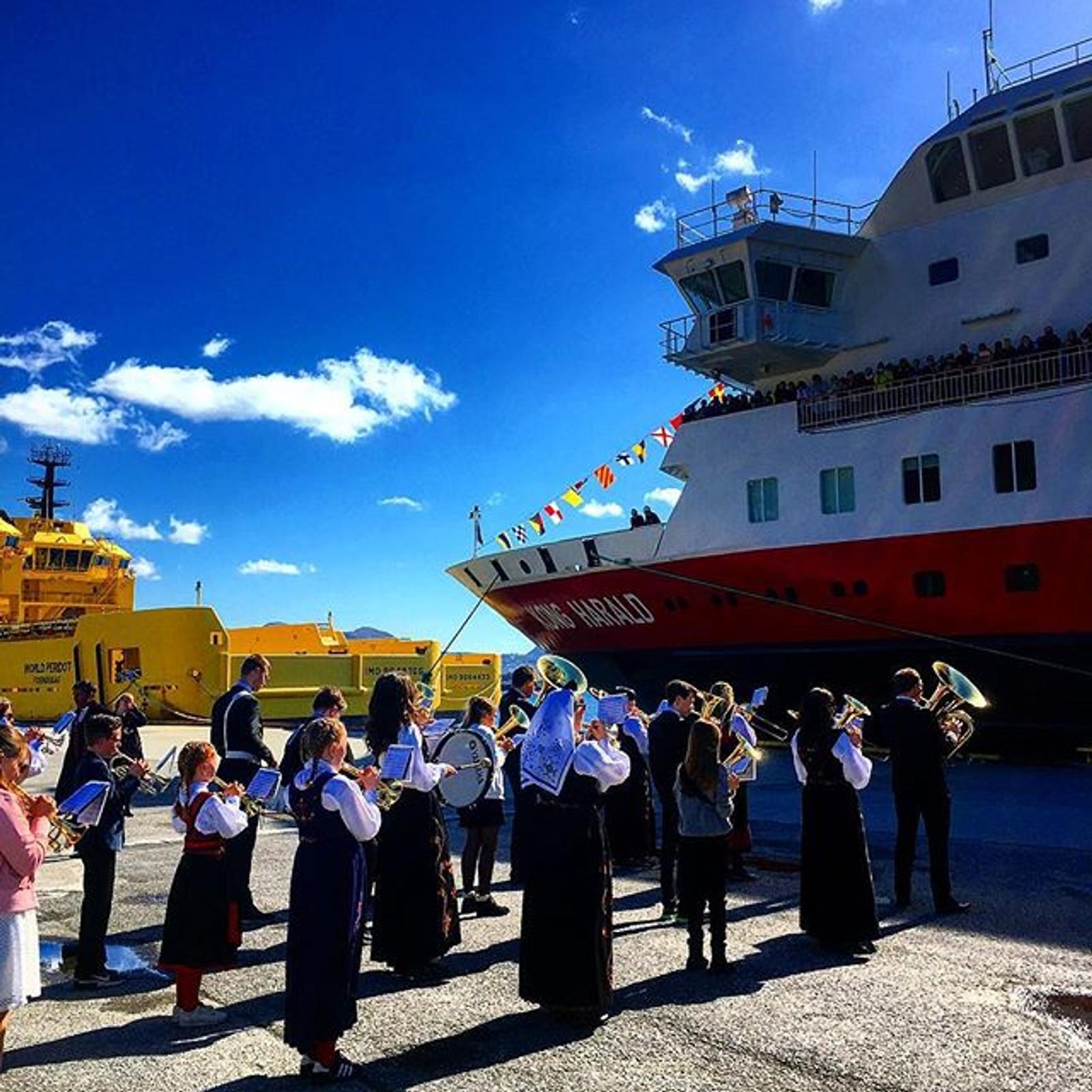 Hurtigruta møtte korpsmusikk på kaia i Torvik i føremiddag.