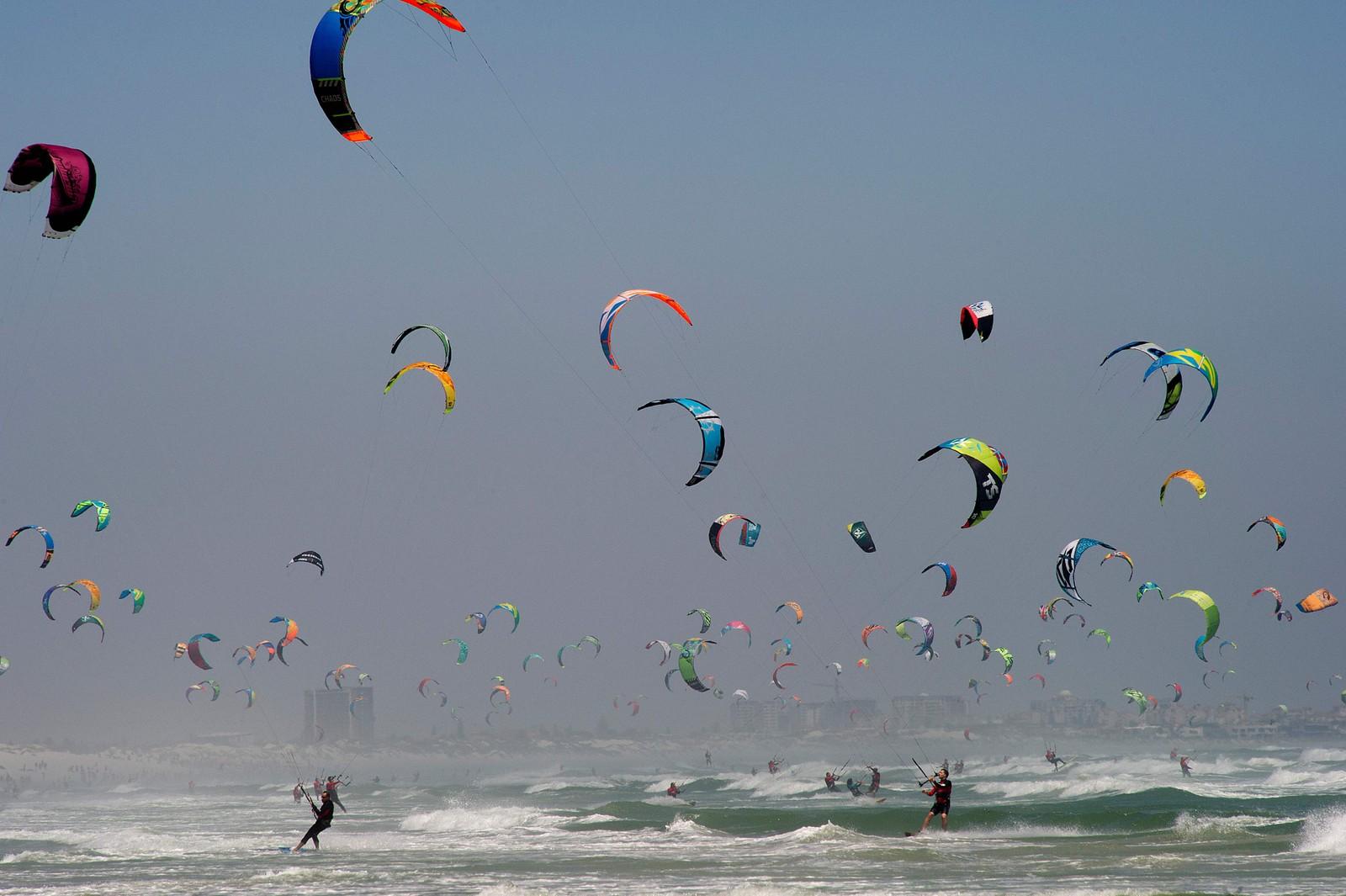 En ny verdensrekord i samtidig kitesurfing ble satt i Cape Town, Sør-Afrika søndag. Den tidligere rekorden var på 352 utøvere, men med Guinness' rekordfolka til stede ble den nye rekorden talt til å være på 415 kitere.