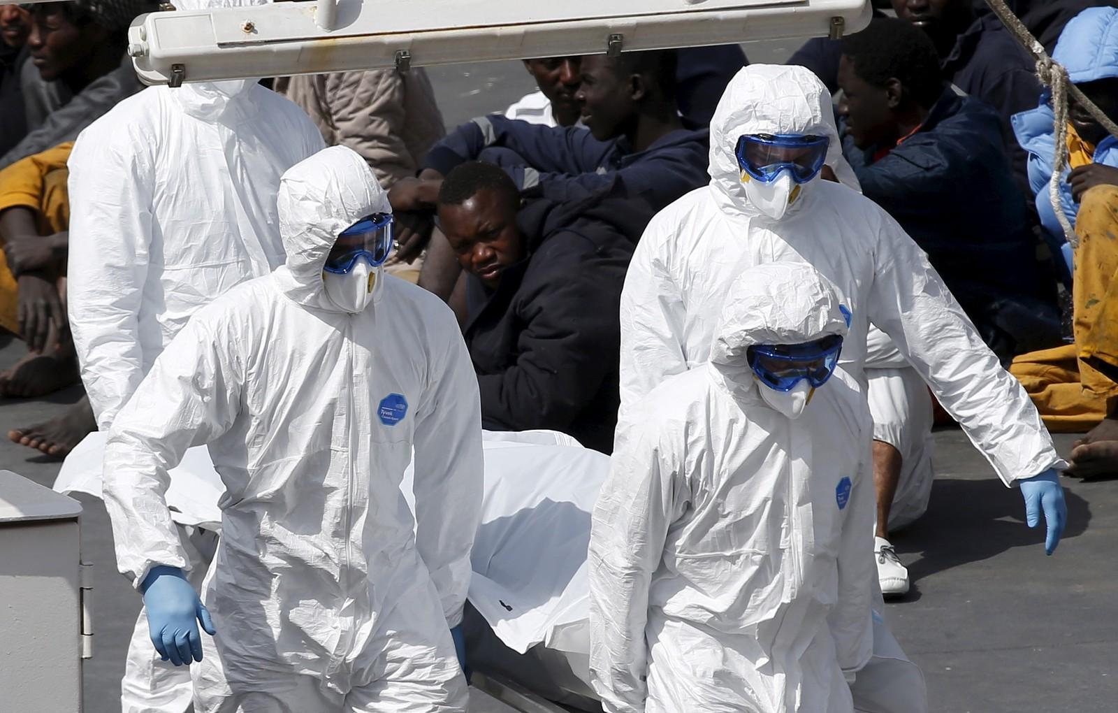 Spesialsoldater bærer liket av en båtflyktning i land i Valetta på Malta fra det italienske kystvaktskip Bruno Gregoretti 20. april. Skipet ankom med 24 druknede flyktninger.