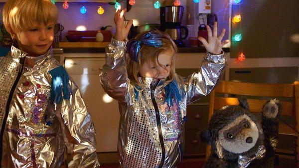 Norsk dramaserie. Muffinsdisco. Tomine og storebror Ivar baker bringebærmuffins. Tomine gleder seg til å pynte muffinsene, men det tar lang tid å vente på at de steker ferdig i ovnen.