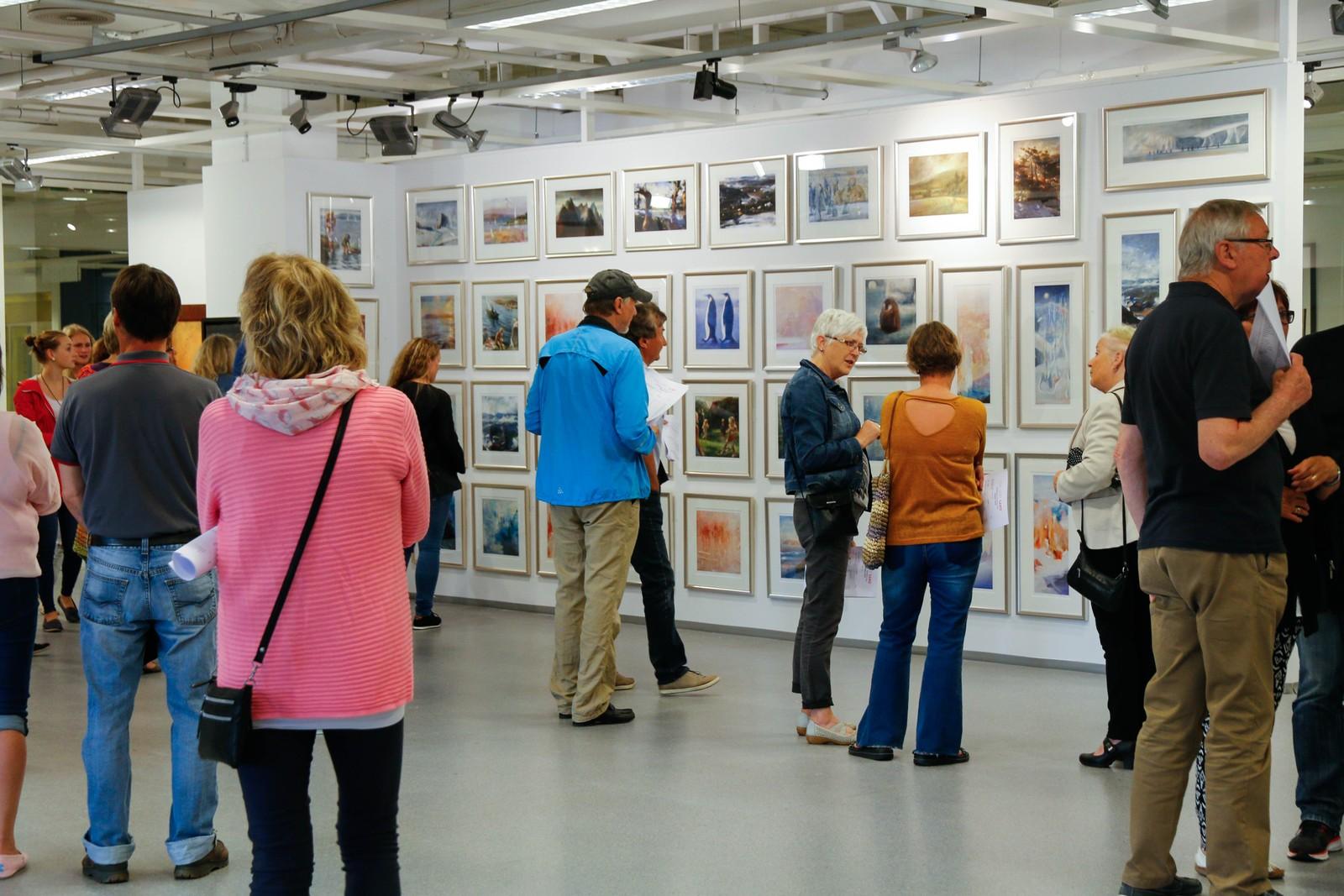 Både gamle og nyare verk av Vebjørn Sand er å sjå i utstillingslokala.