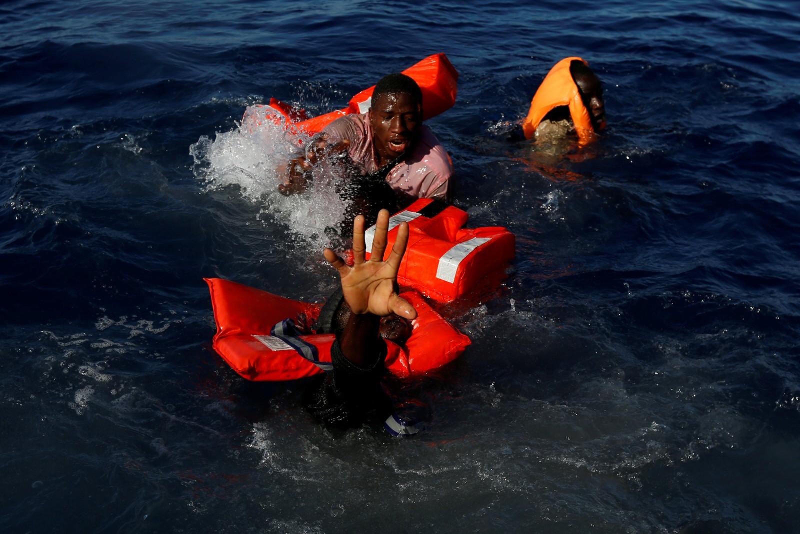 De prøvde desperat å holde seg flytende etter at gummibåten de satt i havarerte. Alle de 134 passasjerene overlevde.