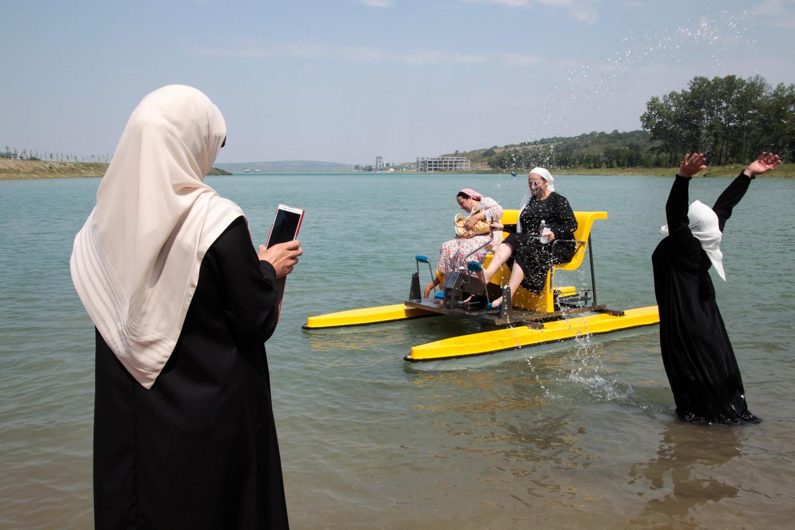 Tsjetsjenske kvinner bader i utkanten av Grozny i Tsjetsjenia. Denne stranden er fra nå av bare forbeholdt kvinner etter at nye islamske lover tredde i kraft denne uken.