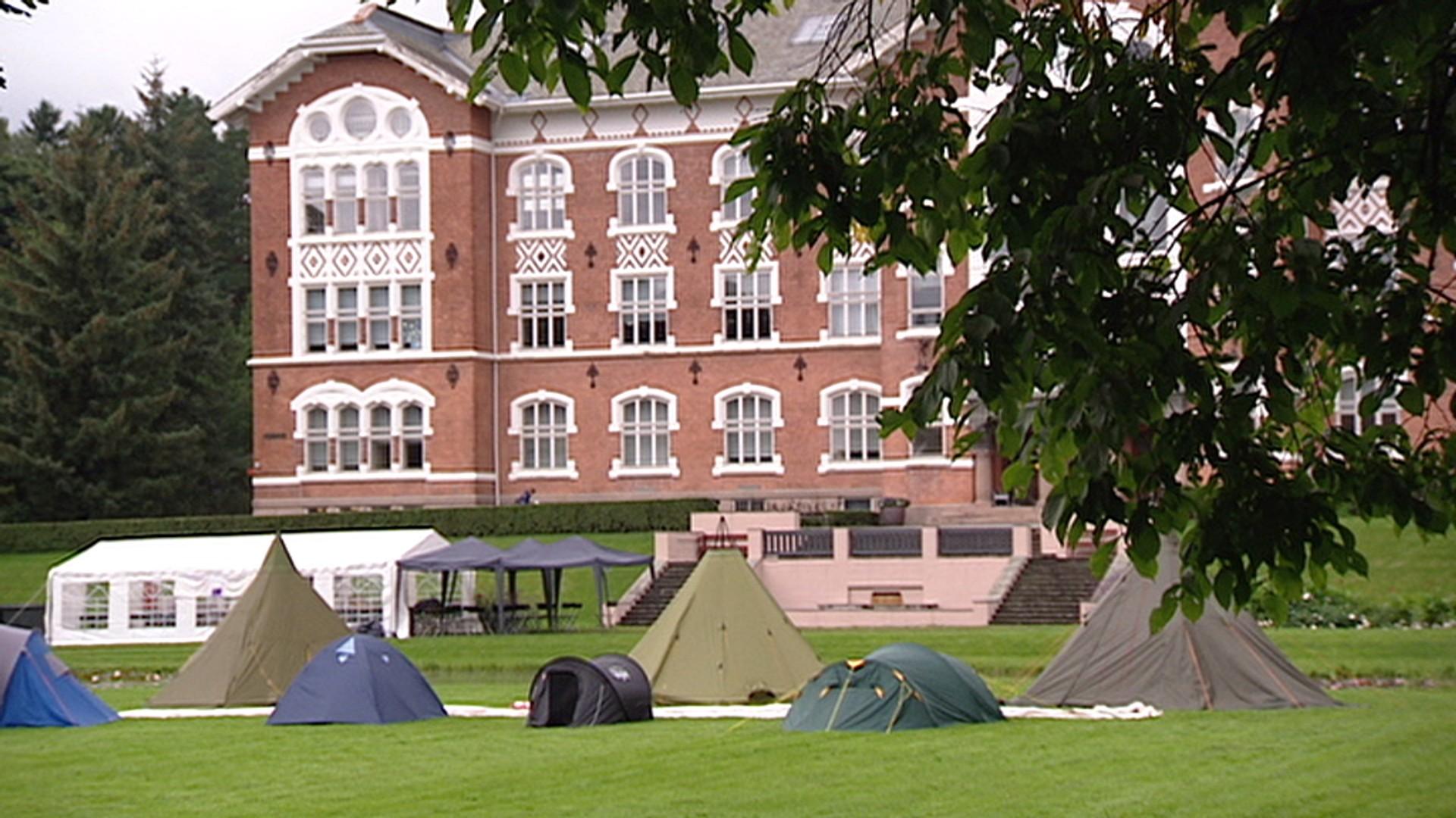 Studenter uten bolig bor i telt – NRK