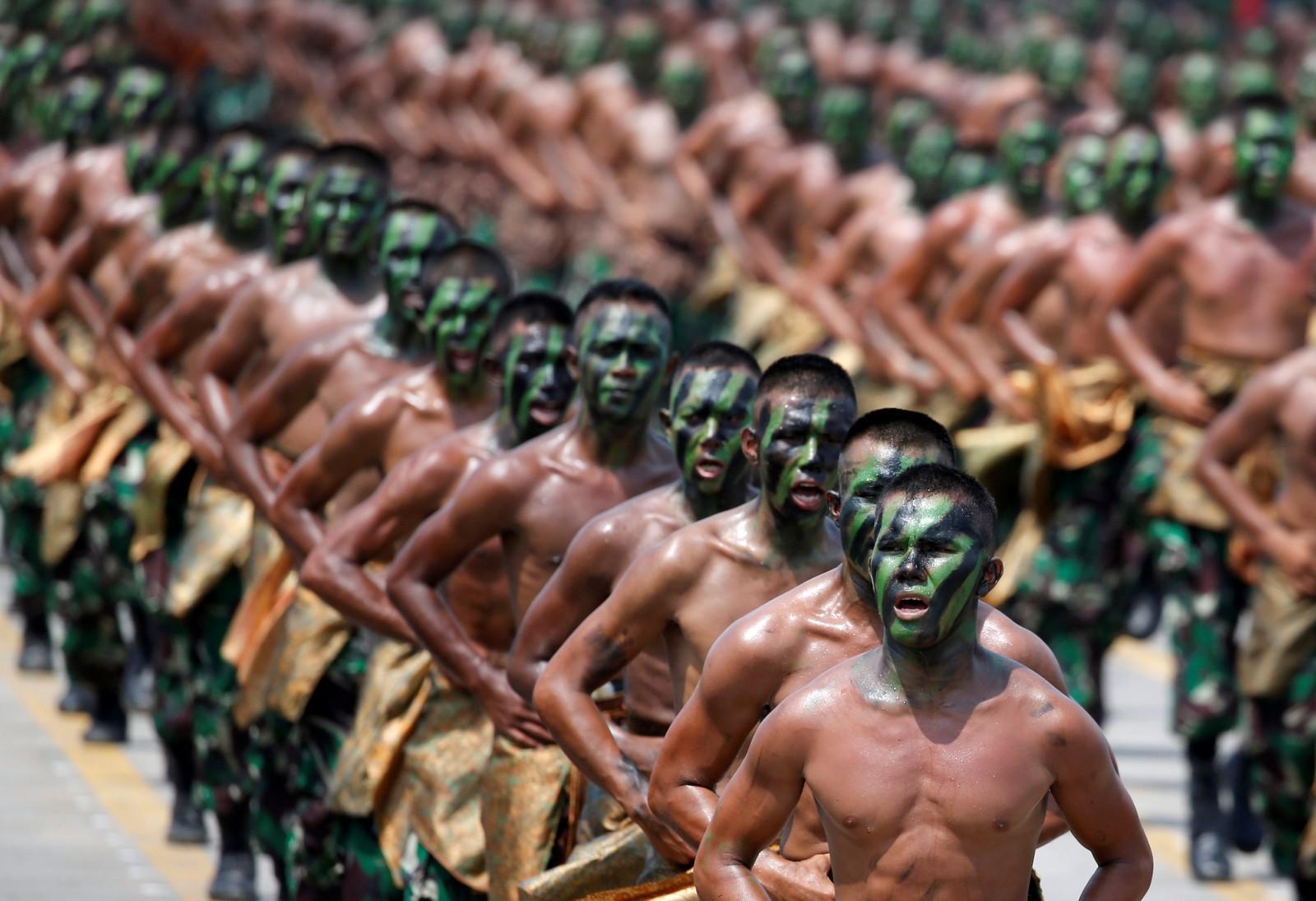 Indonesiske soldater ropte slagord under en feiring av landets hær torsdag denne uka.