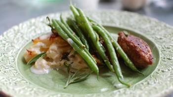 Lammekjøttkaker med potetgrateng og grønne bønner