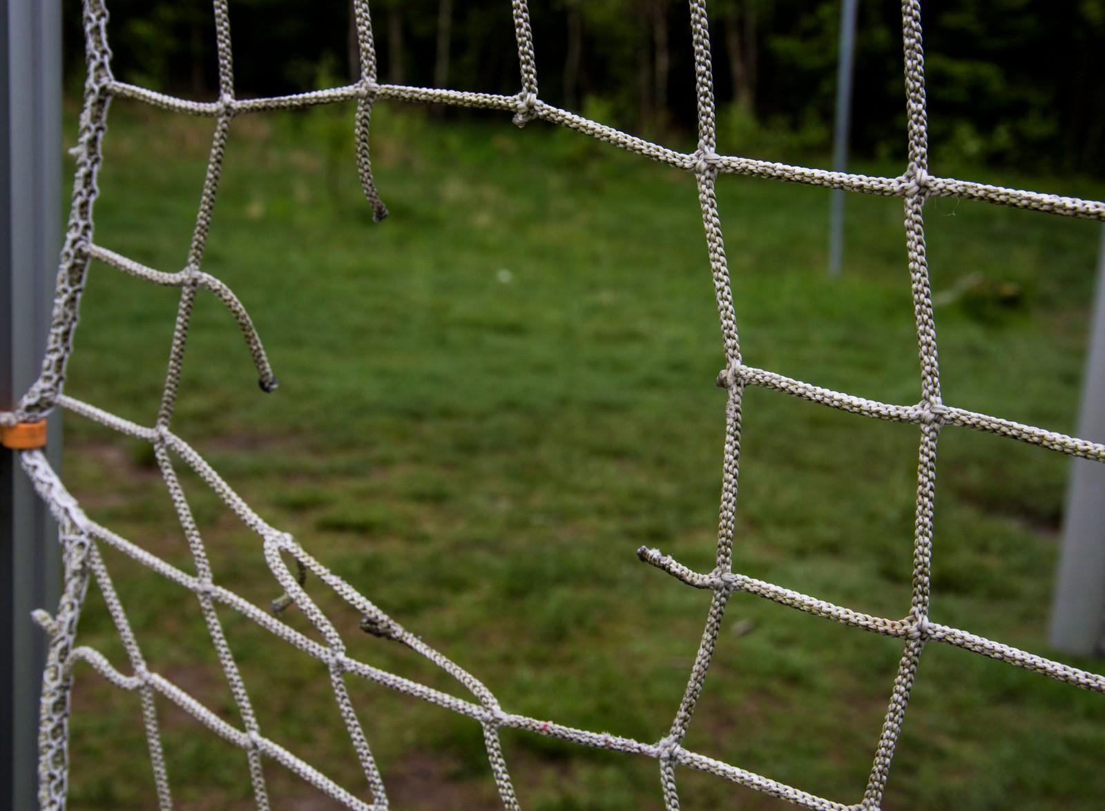 Slitt nett til fotballmål på Auglendshøyden.