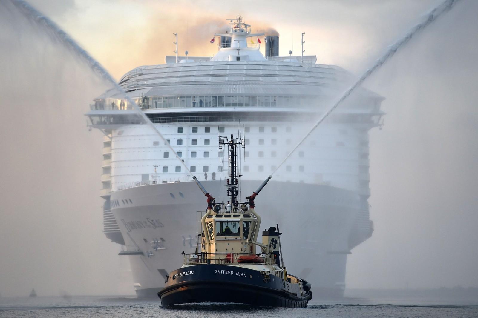 Slik så det ut da verdens største passasjerskip, Harmony of the seas, ankom Southampton. 29. mai dro båten ut på sin første offisielle tur, som gikk til Barcelona. For spesielt interesserte kan vi nevne at båten er 362 meter lang, 65 meter bred og veier rundt 230.000 tonn.
