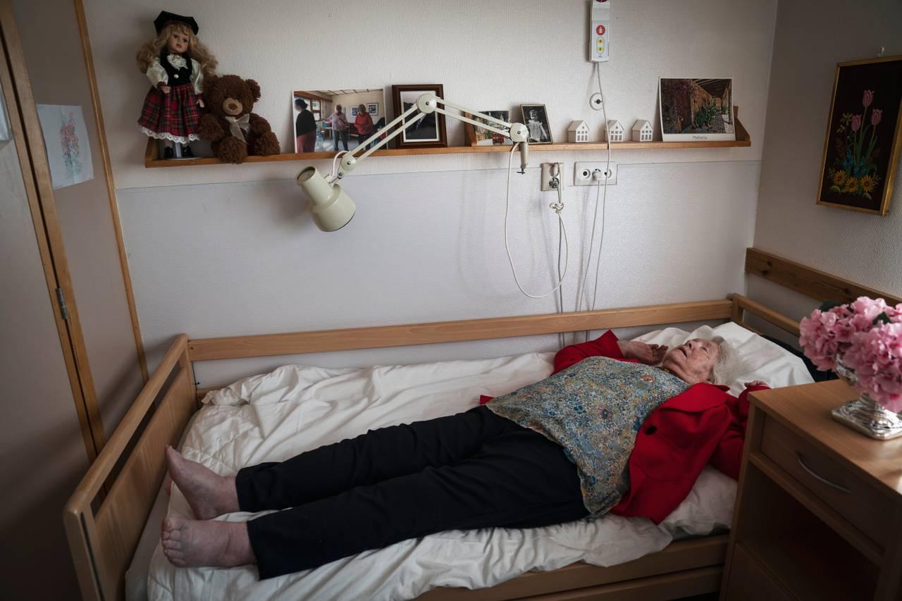 Anne Marie ligger slått ut med begge hendene over hodet i sengen