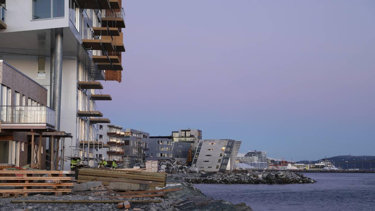 Bygging nede ved sjøen i Tromsø