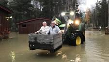 Torvald og Signe Bakken var blant dei som vart evakuert med traktor i Bismo i Skjåk søndag.