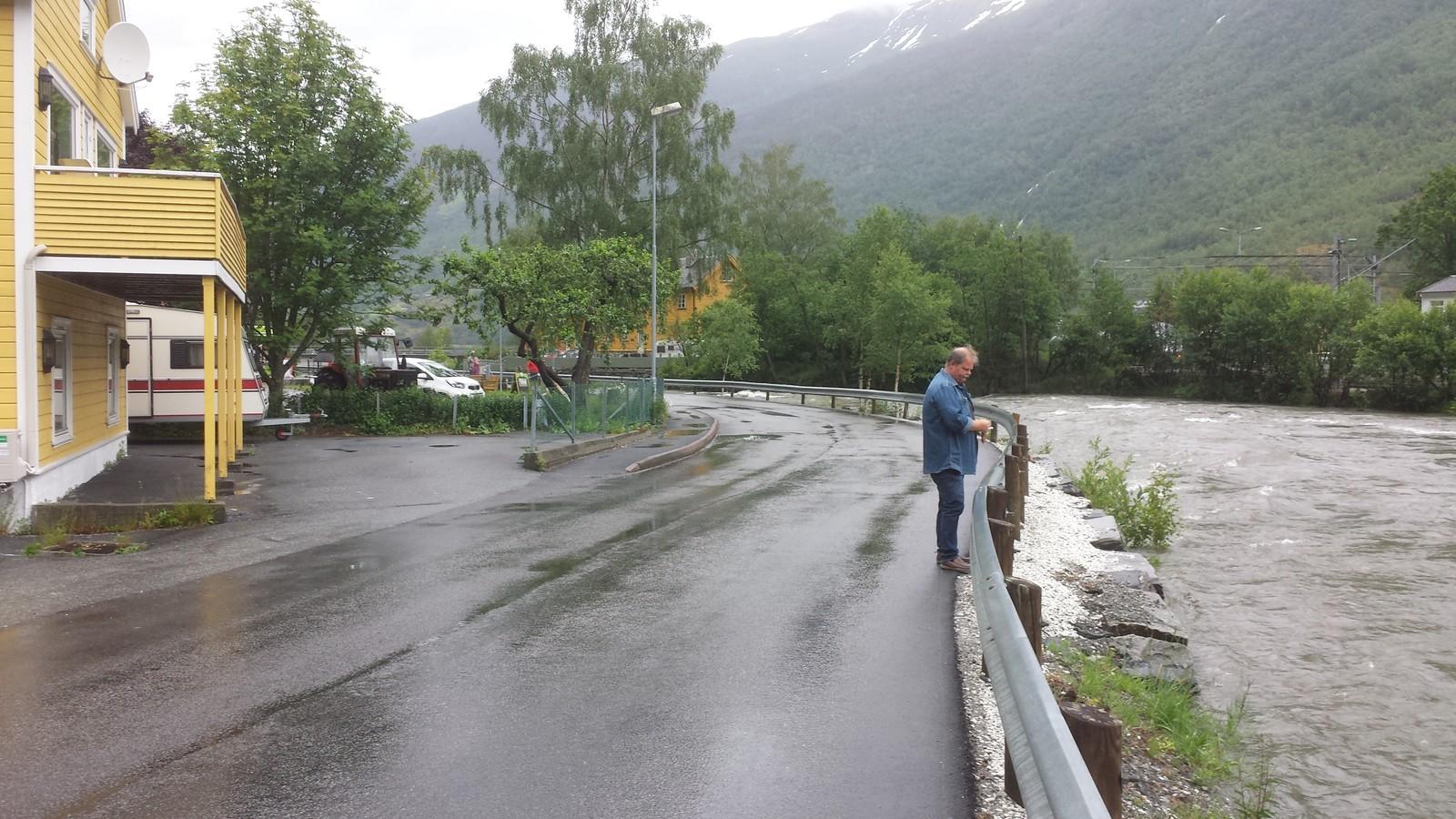 Huseigar Nils Morten Seim følgjer spent med på Flåmselvi.