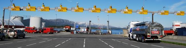FERGER: Det er lett å finne ferga til Dønna fra sentrum av Sandnessjøen... Foto: Billy Jacobsen / NRK 2009