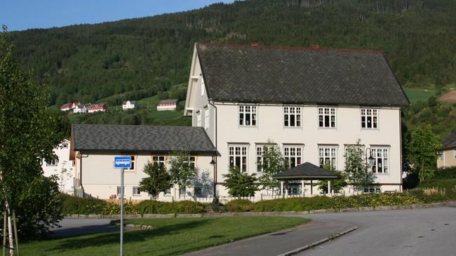 Tidlegare Utvik skule, der det vart drive privatskule nokre år. No er det barenahge i bygningen. Foto: Ottar Starheim, NRK.