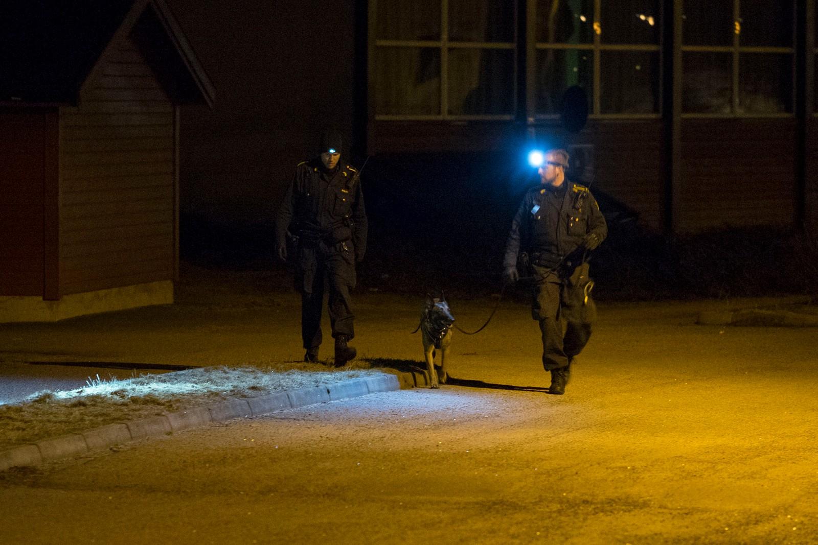 Politiet har undersøkt med hunder i boligområdet på Hånes i Kristiansand, der en person ble funnet død i en bolig. I tillegg driver politiet taktisk etterforskning og avhør