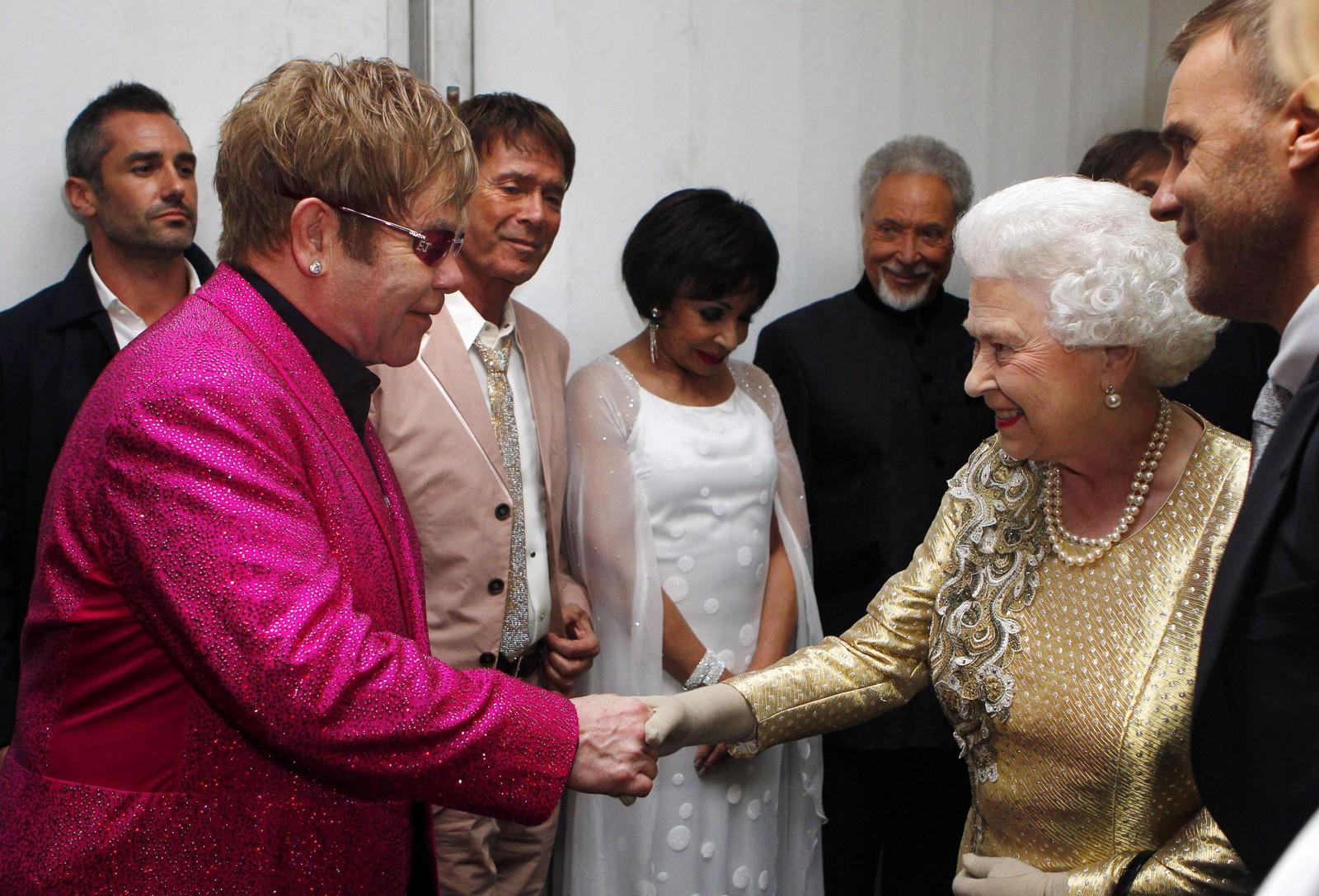 2012: I anledning dronning Elizabeth sitt 60-års regentjubileum blei det arrangert ein diger konsert på Buckingham Palace i London. Her er dronninga backstage og helsar på Elton John, eit av høgdepunkta under jubileumskonserten.
