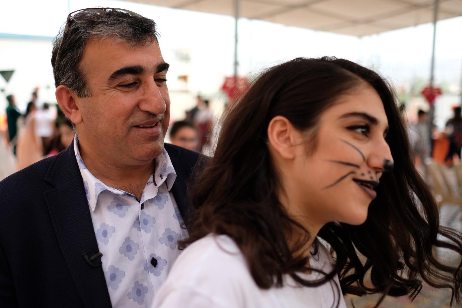 Dawood Atrushi er med datteren Lana på Halloween-feiring i Dohuk. – Det er krig og for mange dårlige nyheter på tv, så humøret er kanskje litt dårlig, sier hun.