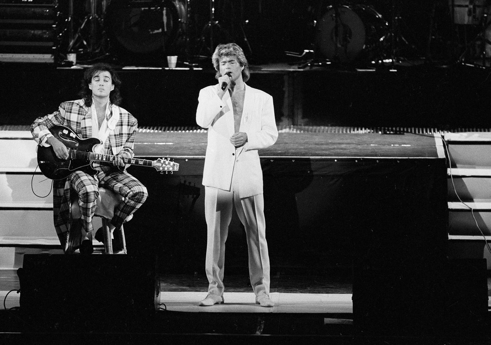 1985: George Michael og Andrew Ridgeley var blant de første vestlige popstjernene som spilte i Kina. Her er de på scenen i Beijing 7. april 1985.