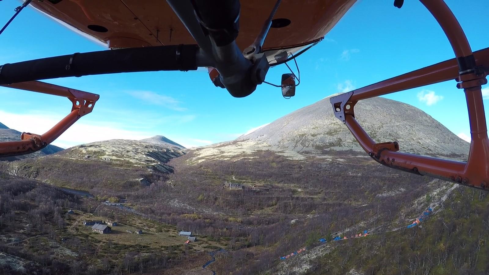 Steinblokken fraktes inn i fjellet med helikopter.