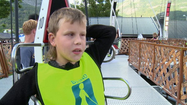 Norsk serie om barn som har en ekstra utfordring å leve med.Remi er blind, men vil klare ting selv. Han kan gå alene til skolen og gleder seg til neste skolehøst. Da skal han begynne å sykle selv også. Og så skal han gjøre noe av det morsomste han vet: å kjøre alle karusellene på tivoliet på Dyrsku'n.