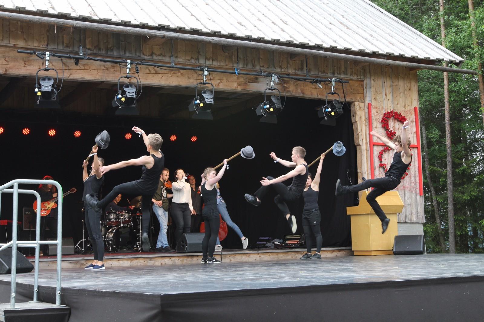 """6 elever fra Toppidrett Frikar fremførte """"Bandet brann"""" av Halgrim Hansegard til musikk som ble fremført av elever fra Vinstra videregående skole."""