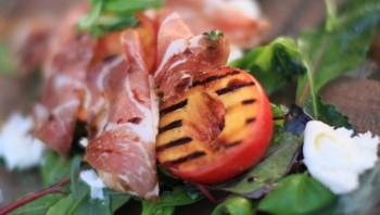 Salat av grillet nektarin, mozzarella og skinke