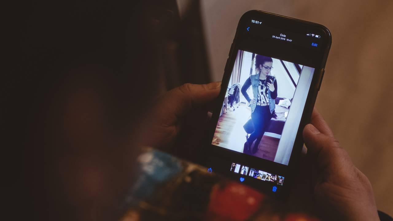 Maj ser på bilde på mobilen