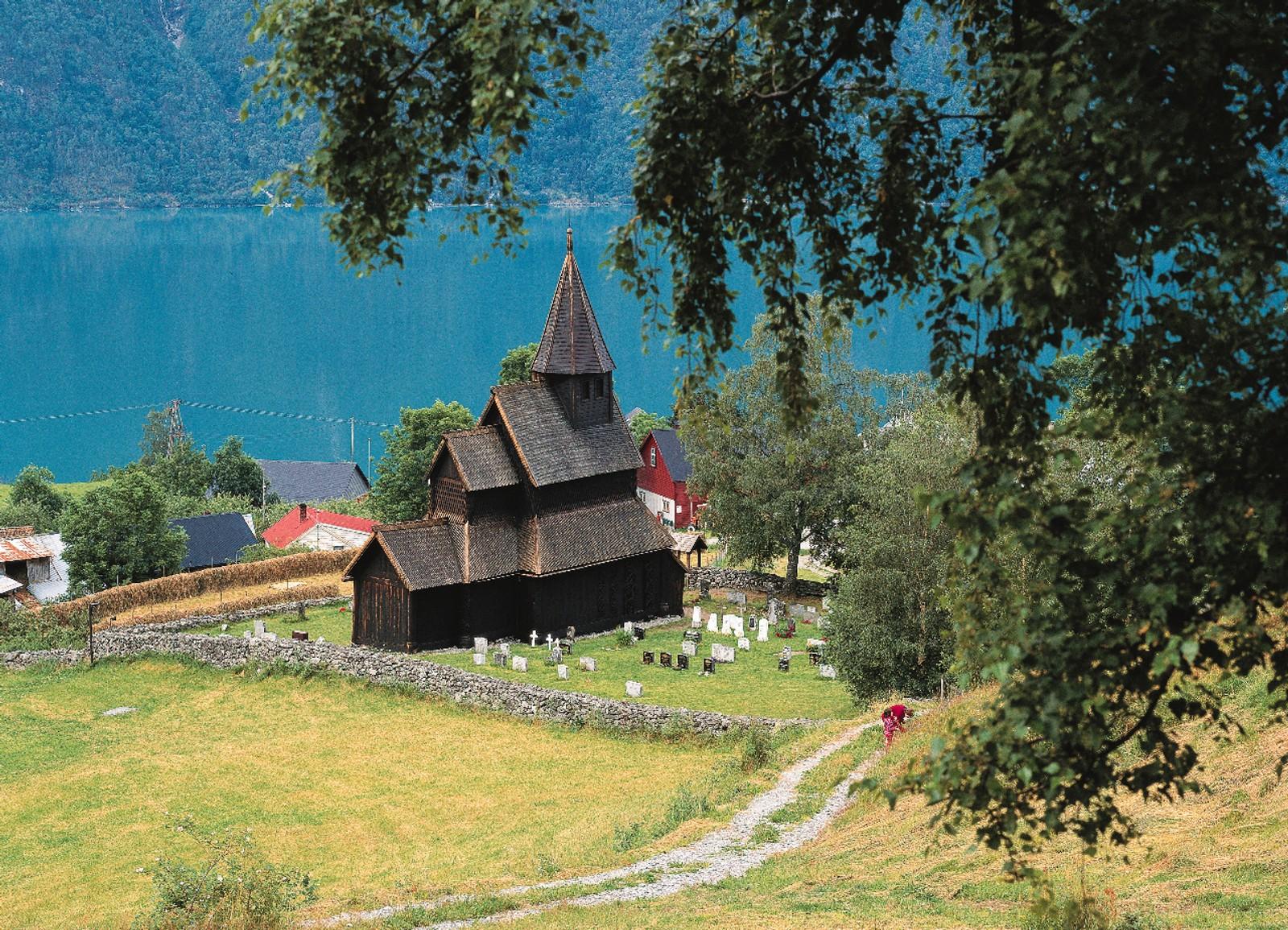 URNES STAVKIRKE: er unik, også sammenliknet med de andre 27 stavkirkene som fortsatt finnes i Norge. Den ble bygd i andre halvdel av 1100-tallet og er en av de eldste og best bevarte av stavkirkene.