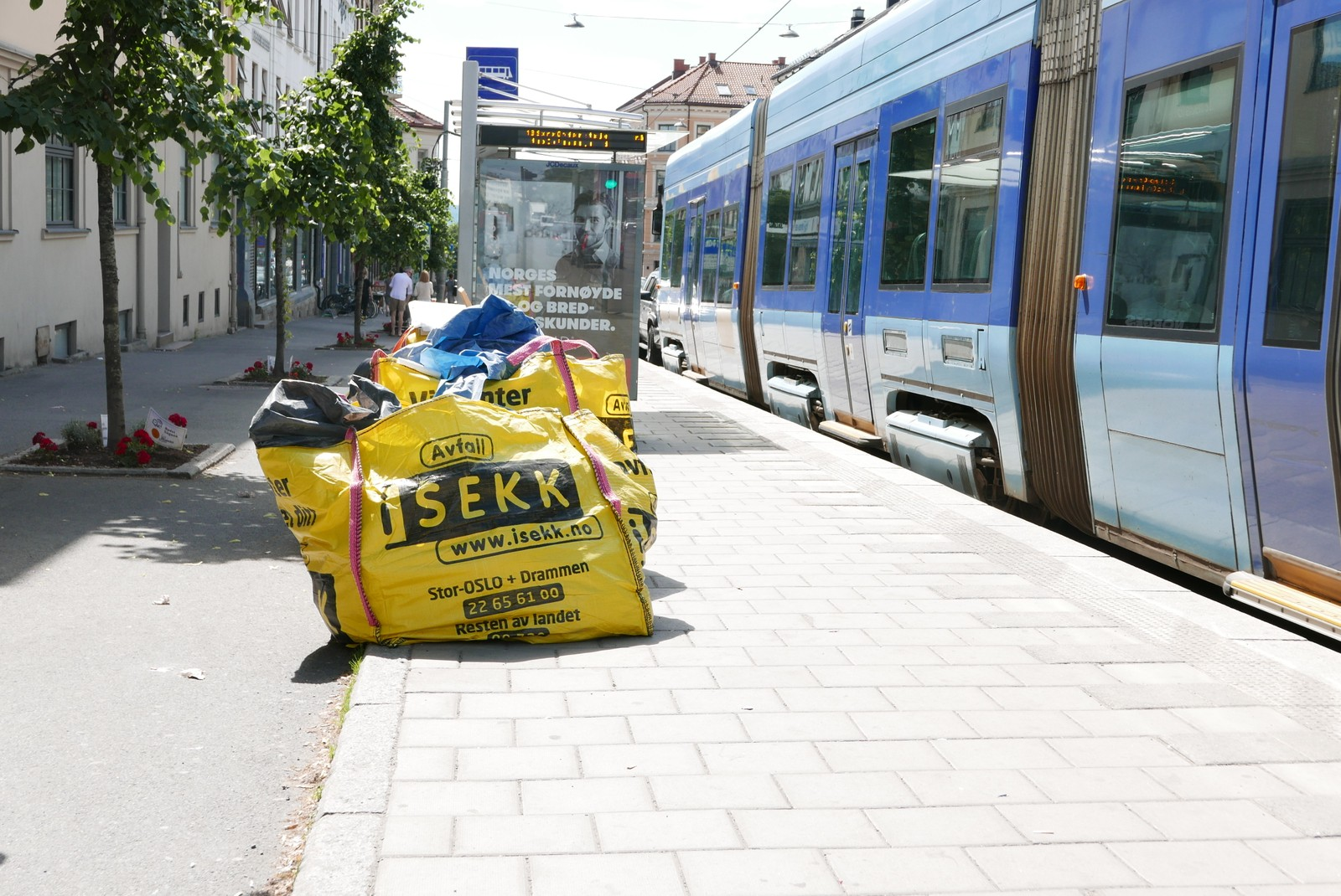 Også feilplasserte smartsøppelsekker er oftere å se i bybildet. Nå kan også selskap som lar disse ligge i flere dager bli bøtelagt.
