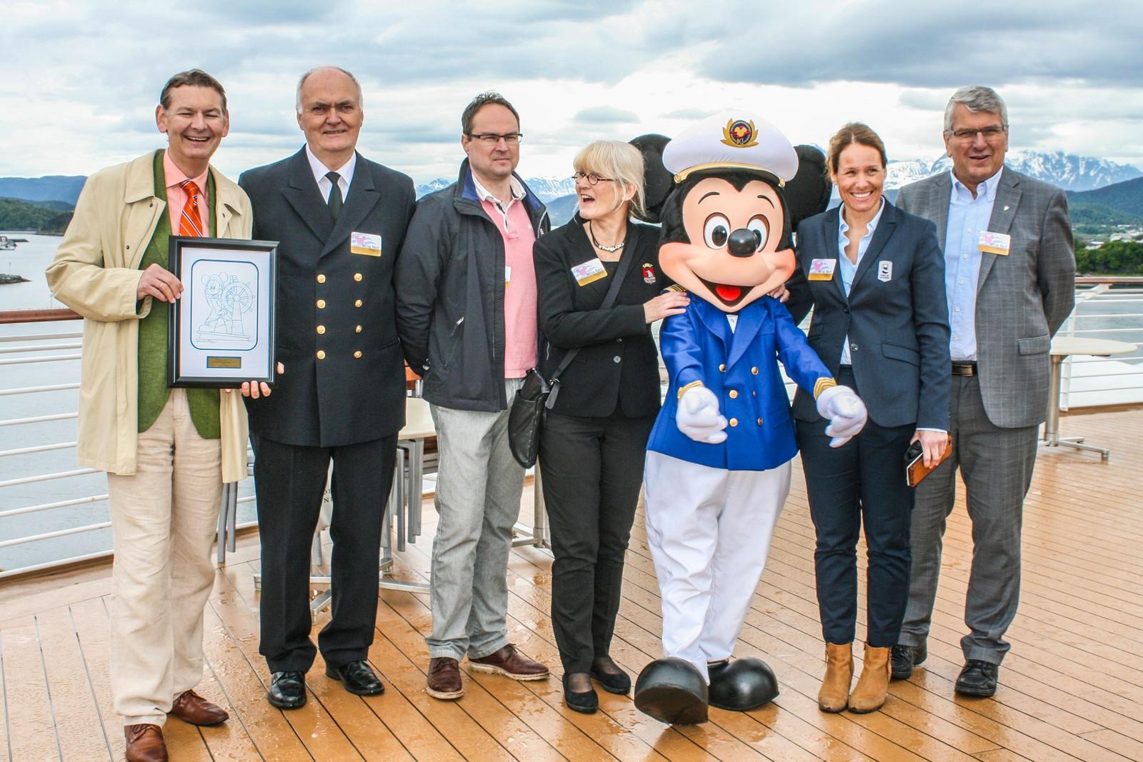 Mikke Mus sammen med ordføreren i Ålesund, havnesjefen, Bente Saxon og ordføreren i Giske kommune, Knut Støbakk.