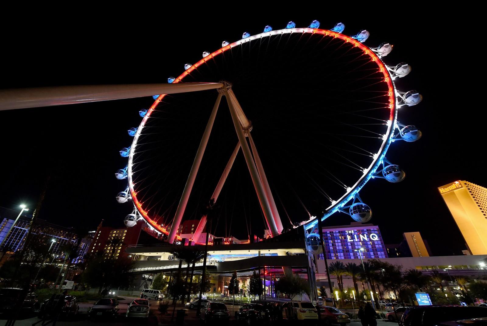 I Las Vegas ble «the High Roller» på Linq Promenade lyst opp i Frankrikes farger for å vise solidaritet med Paris-angrepene.