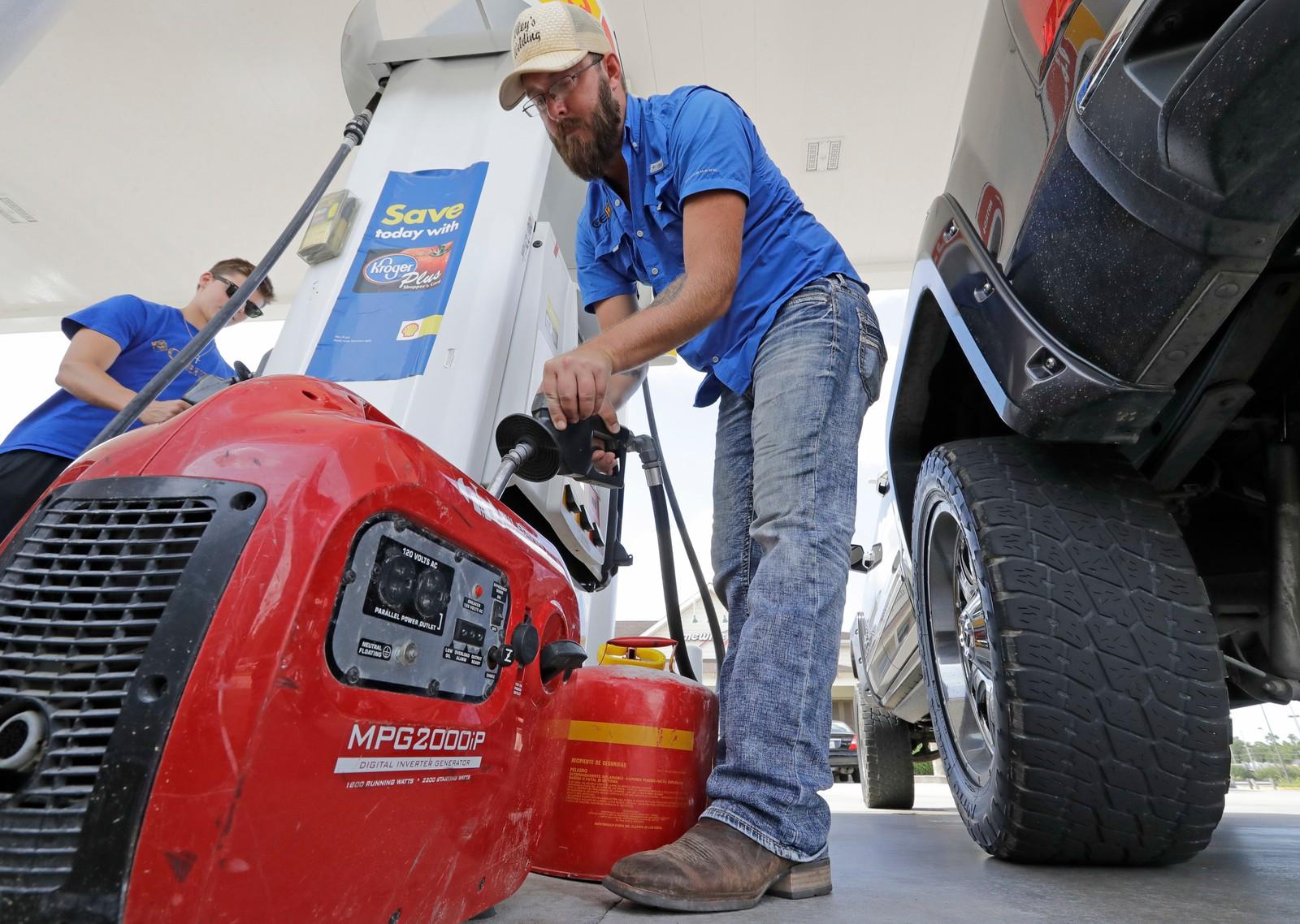 I Houston fyller Aaron Berg drivstoff på aggregatet sitt for å være forberedt på strømbrudd.