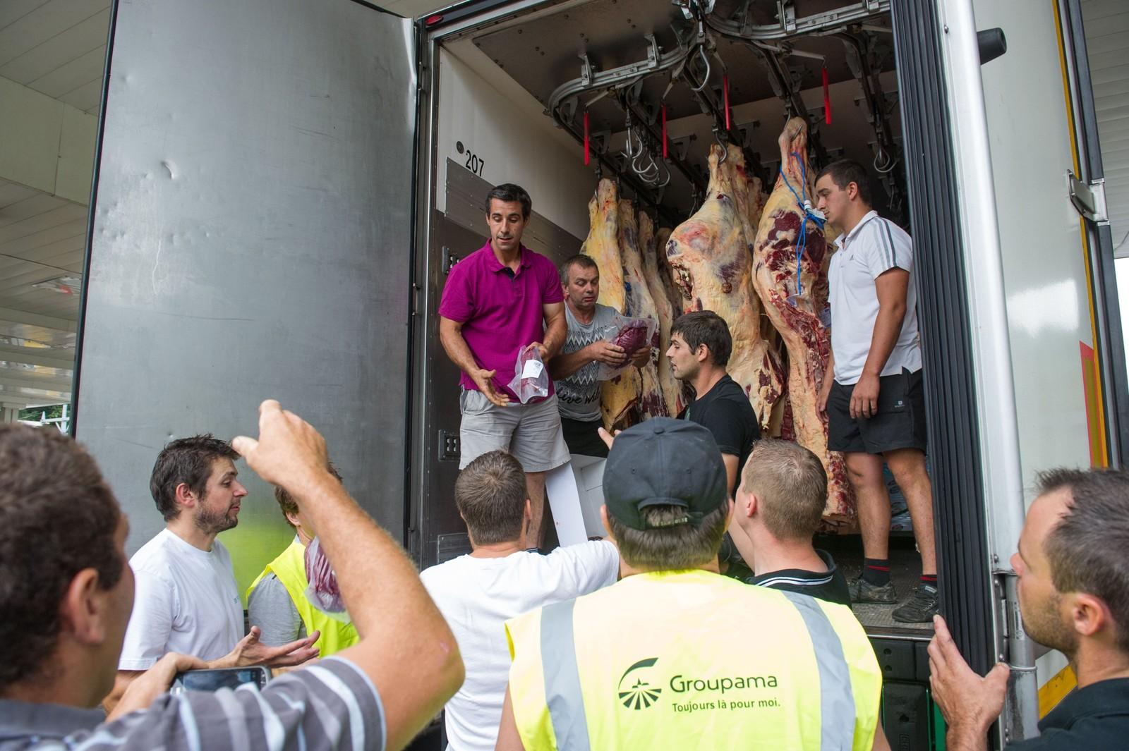 Franske bønder på motorveien A36 mellom Sochaux og Besancon tømmer en lastebil med dansk kjøtt som er bearbeidet i Tyskland.