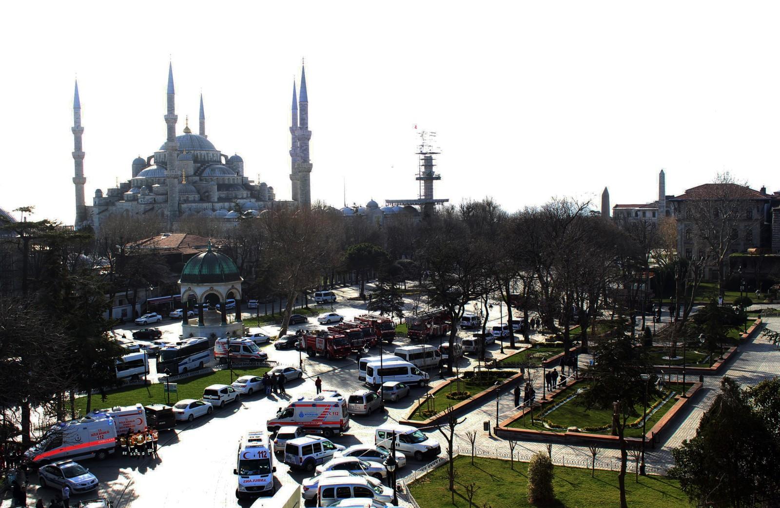 Eksplosjonen skjedde på Sultanahmet-plass, eit kjent turistmål i sentrum av byen. Her ligg mellom anna Den blå moské.