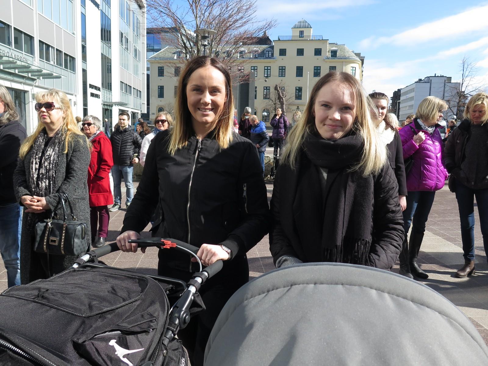 Kristina Valderhaug og Karina Haugen tenkjer at eingong kan det vere dei som treng hjelp til dei alle minste i Ålesund.
