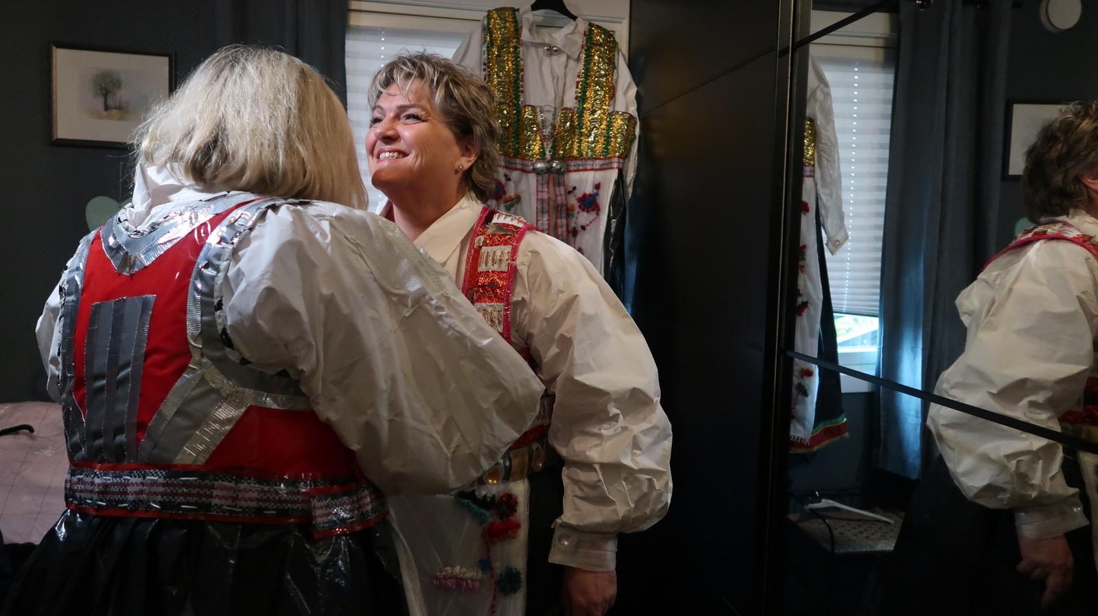 "Aase selv får på seg sin ""Aust-Agderbunad""."