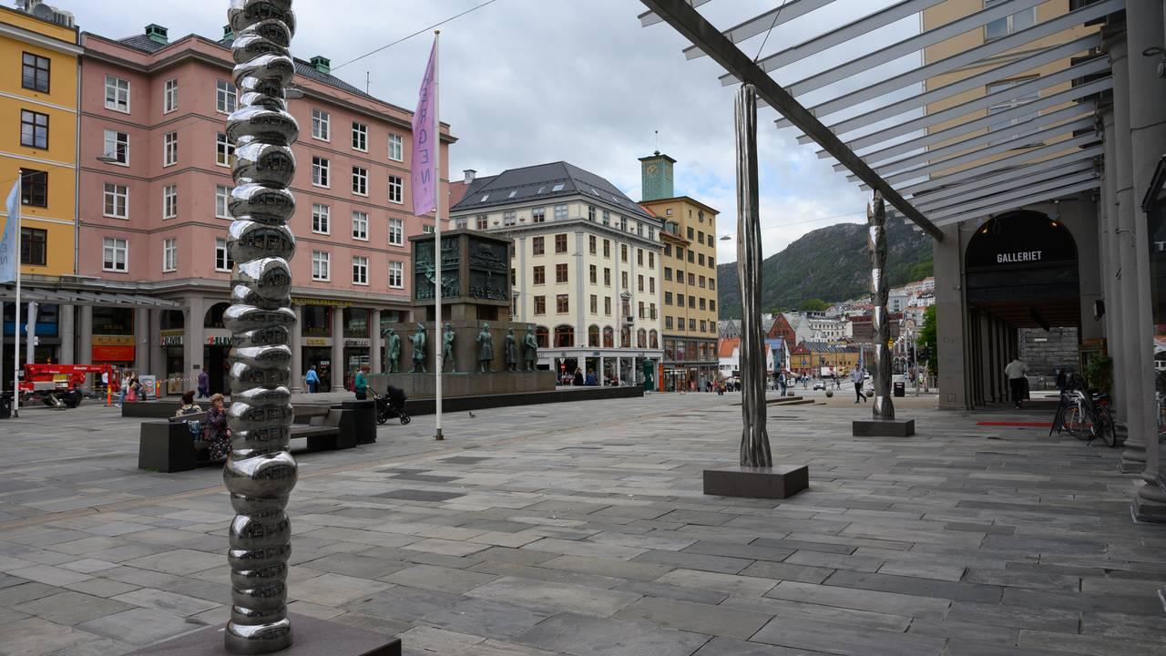 Nye stålsøyler laget av kunstner Bård Breivik pryder Torgallmenningen i Bergen fra og med sommeren 2020.