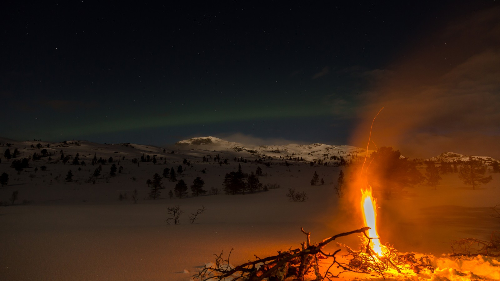 Stjerner, nordlys, måneskinn og bålstemning ved Høgkneppen i Meldal